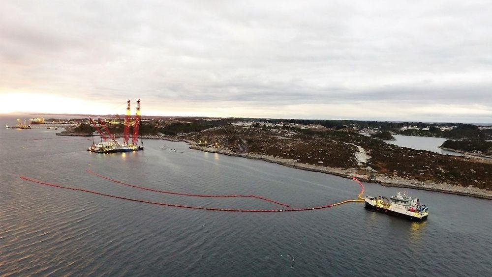 Kystverket har lagt ut solid lensebarriere nord for fregatten. Vind og strøm går nordover. Tilsvarende barriere etableres også på sørsiden.