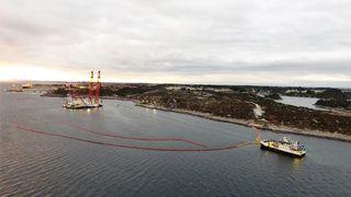 Legger ut flere lenser: Fregatten heves med olje ombord
