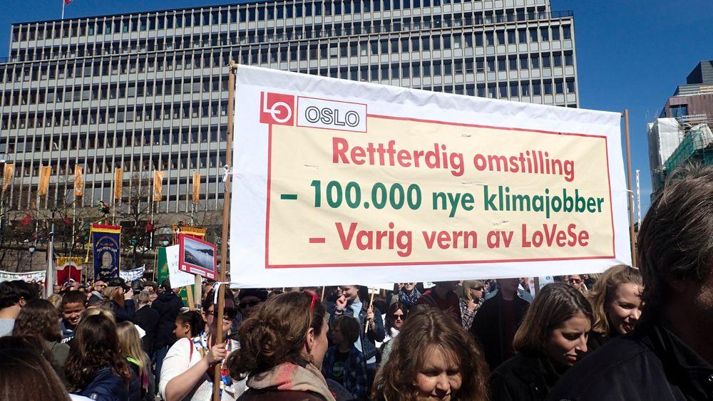 Konsekvensutredning av eller vern mot oljeaktivitet utenfor Lofoten, Vesterålen og Senja har vekket sterke følelser, her fra en 1.-mai-demonstrasjon i Oslo i 2017.