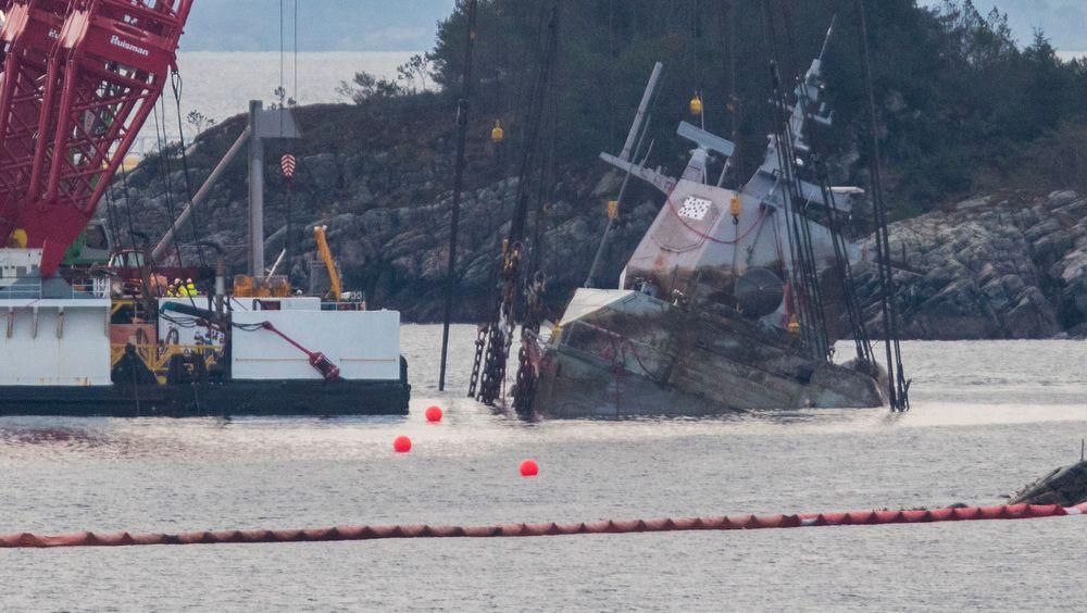 Lekterne Rambiz og Gulliver begynte natt til tirsdag å heve den havarerte fregatten KNM Helge Ingstad i Hjeltefjorden.