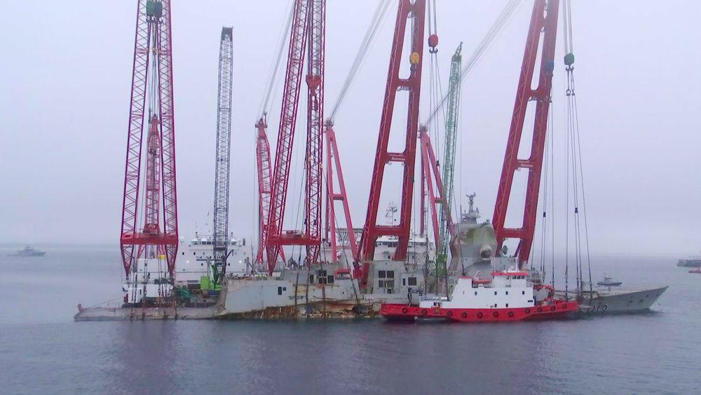 I 8-tida onsdag morgen var fregatten vannrett og i trim. Etter planen vil hevingen nå gå med ca. 30  cm i timen til kjølen er 4,8 meter under vannlinjen.