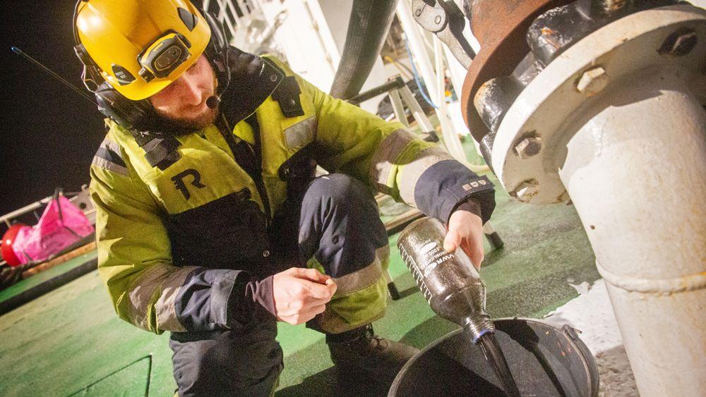 Mens heveoperasjonen pågår forventes en kontinuerlig strøm av utslipp fra fregatten. Ifølge Forsvaret kommer det til å iverksettes miljøtiltak.Mye av oljen som slippes ut havner om bord i oljevernskipet Utvær.