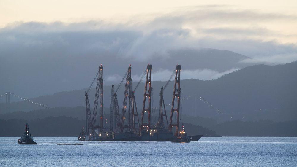 Lekterne Rambiz og Gulliver begynte tirsdag arbeidet med å heve den havarerte fregatten Helge Ingstad i Hjeltefjorden. Nå blir operasjonen flyttet til Hanøytangen.