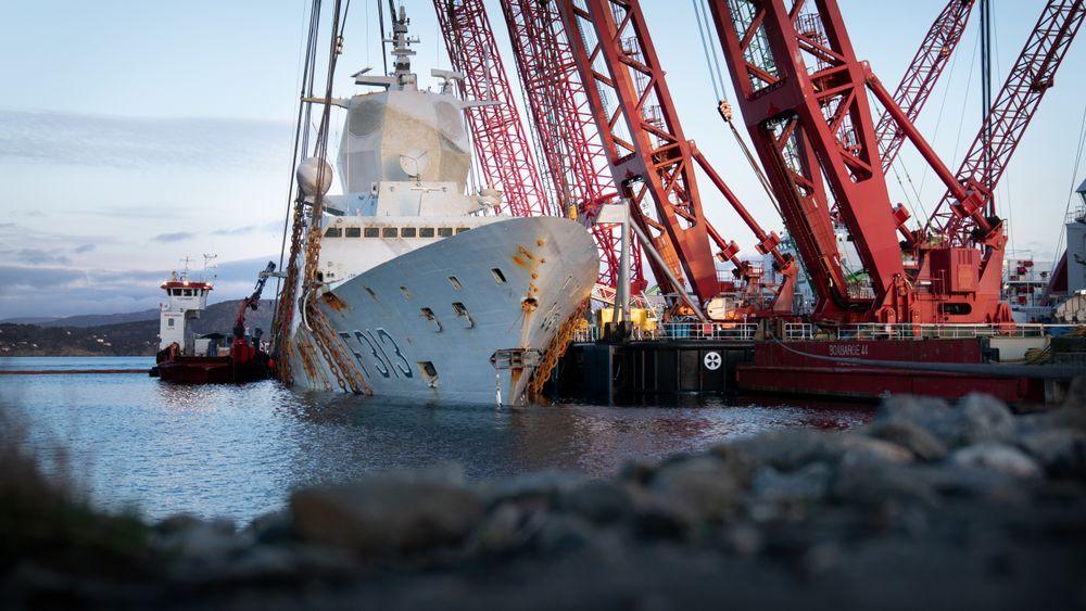 Bildet er fra  flyttingen av KNM Helge Ingstad etter ulykken.