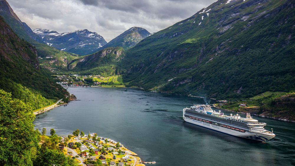 Cruiseskipet Sapphire Princess, eid av Princess Cruises, på vei ut Geirangerfjorden i Møre og Romsdal.