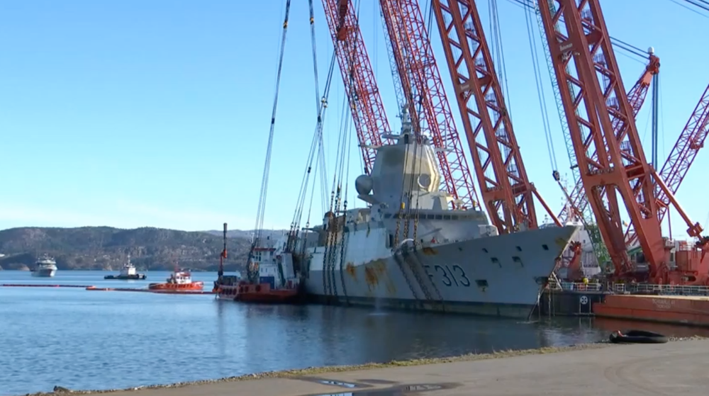 Slepet med vraket av den havarerte fregatten KNM Helge Ingstad ligger ved Hanøytangen i Askøy utenfor Bergen fredag.
