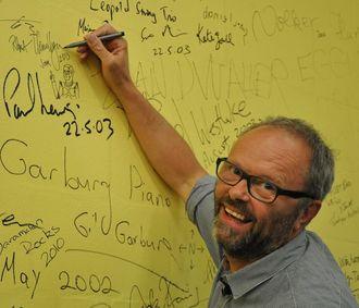 Llewellyn signerer en vegg i forbindelse med en opptreden ved en Linux-konferanse i Australia i 2013.