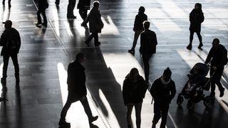 Illustrasjonsfoto av tilfeldige mennesker på Oslo Sentralbanestasjon.