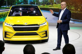 Skoda-sjef Bernhard Maier viser frem Vision iV på bilmessen i Geneve i mars i år. Den nye elbilen er basert på Vision iV.