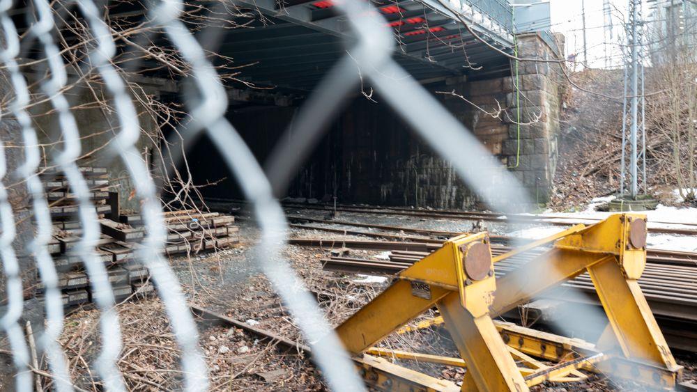 En gutt født i 2003 er omkommet, mens en jente og en gutt født samme år er kritisk skadde etter at de tok seg inn i en togtunnel ved Filipstad i Oslo og kom i kontakt med en strømførende kilde.