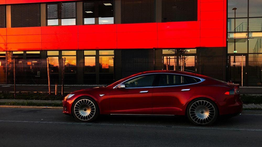Tesla Model S med de nye felgene.