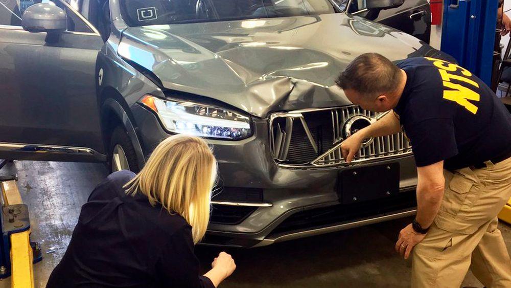 Etterforskere undersøker den selvkjørende Uber-bilen som kjørte på en kvinne i Arizona i mars.