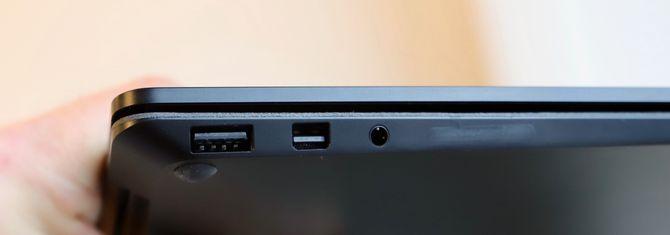 Nærbilde av de tre portene på venstre side av PC-en: USB-A, Mini DisplayPort og 3,55 mm hodetelefonutgang.