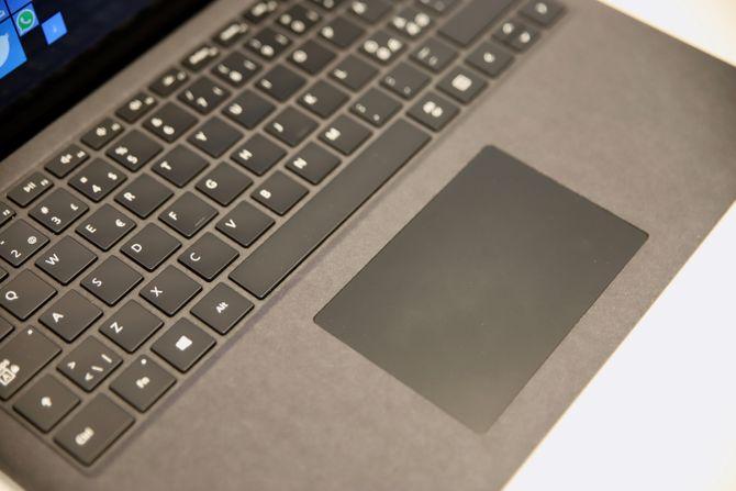 Nærbilde av tastatur og pekeplate.