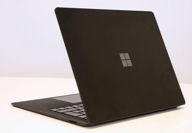 Microsoft Surface Laptop 2 sett bakfra.