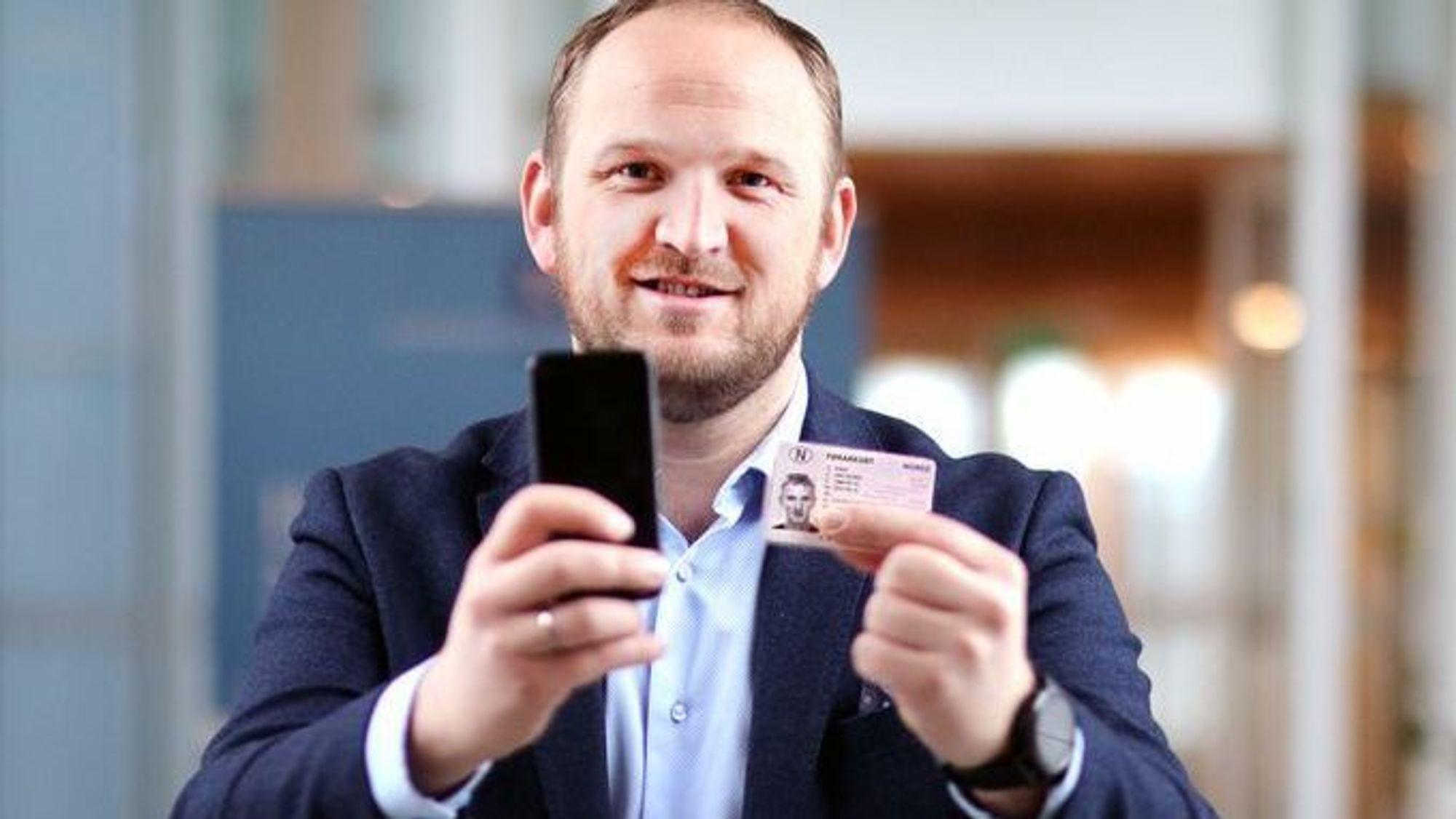 Samferdselsminister Jon Georg Dale lover at det digitale førerkortet skal være fullverdig for bruk i Norge. I utlandet må du fremdeles ha med deg fysisk førerkort.