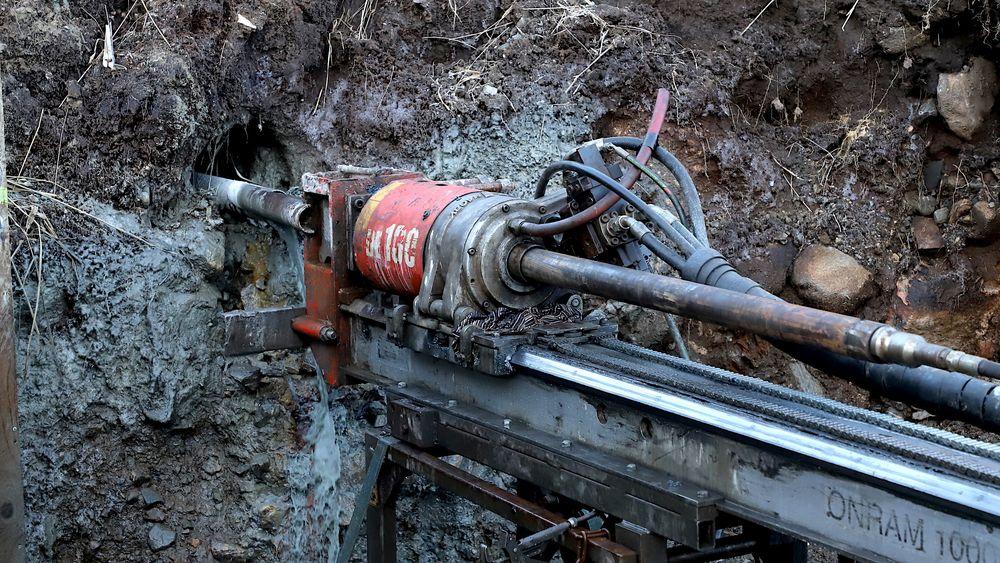 To borerigger borer seg inn i fjellet fra hver sin tunnelåpning med standard tretommers bor. Det betyr at hullet blir 76 millimeter i diameter. Bergkvaliteten måles fortløpende av geolog på stedet.