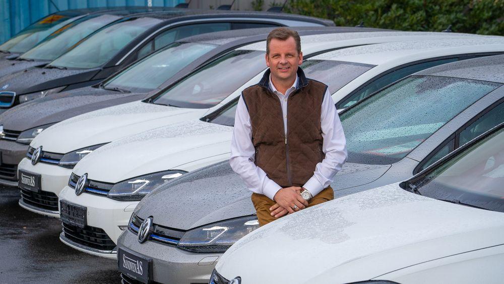 – Folk skal være glade for parallellimporten, sier Trond Sandven. Han er nybilforhandler av blant annet Jaguar, men selger like gjerne konkurrentenes elbiler.