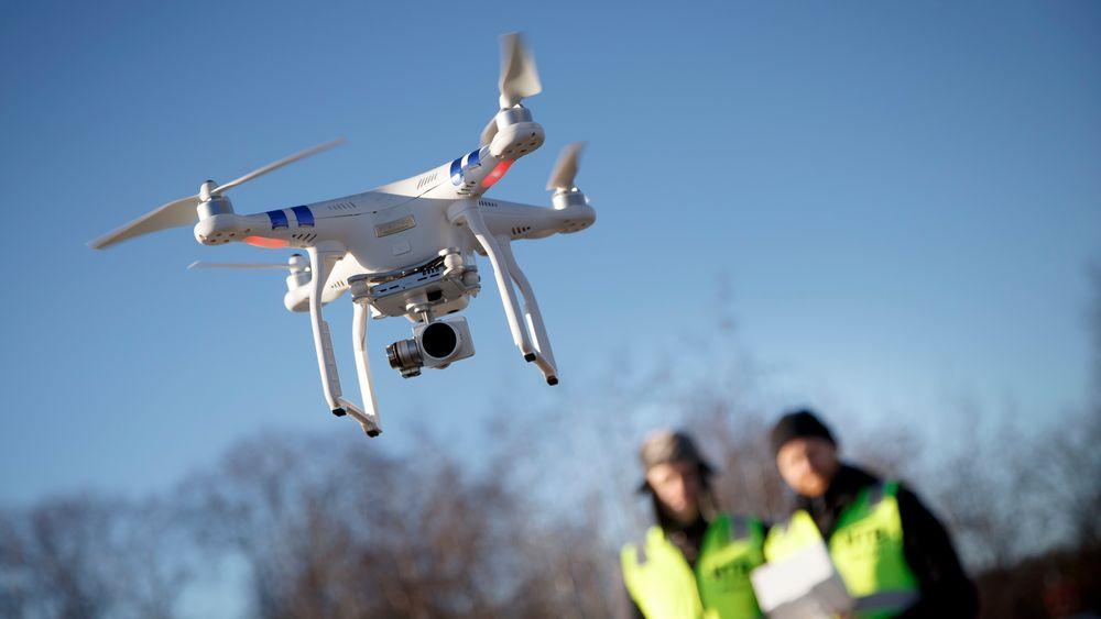 Droner kan utgjøre en fare for luftfarten, og det er derfor strenge regler for bruken, særlig i nærheten av flyplasser.