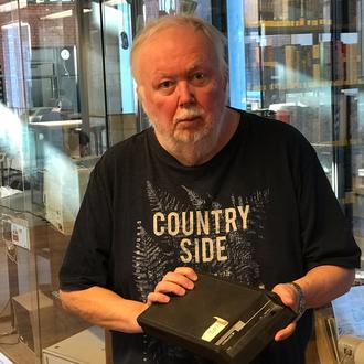 Gisle Hannemyr med et modem fra den gang internett ble født.