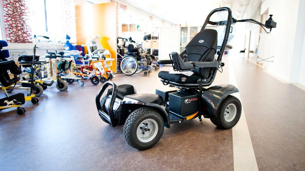 I dag kan ikke rullestoler kjøre i mer enn ti kilometer i timen. Nå foreslår Frps Jon Georg Dale å øke toppfarten med 50 prosent.