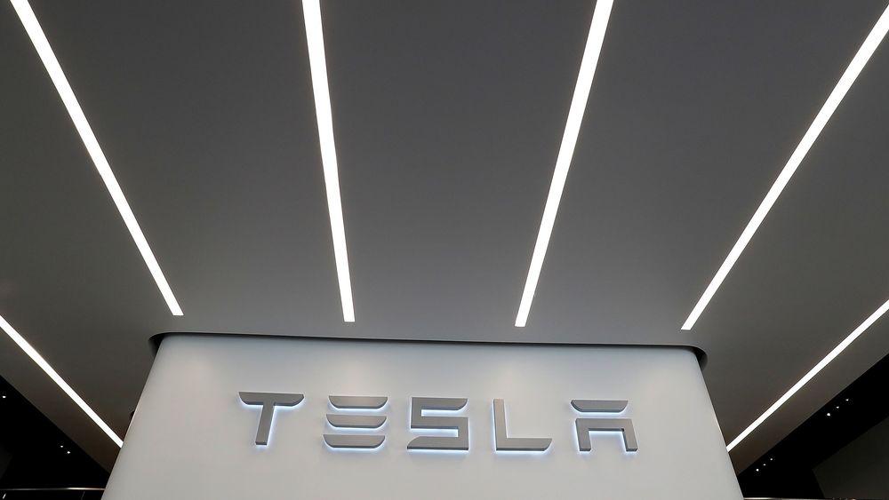 Tesla vil ikke stenge like mange butikker som tidligere varslet.