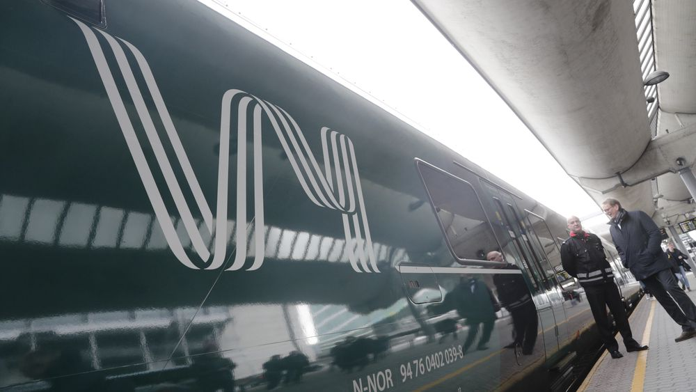 I morges kom det første toget med Vy-logo inn på Oslo S. Styreleder i NSB,  Dag Mejdell og konsernsjef i NSB Geir Isaksen presenterte nytt felles navn for NSB og Nettbuss.