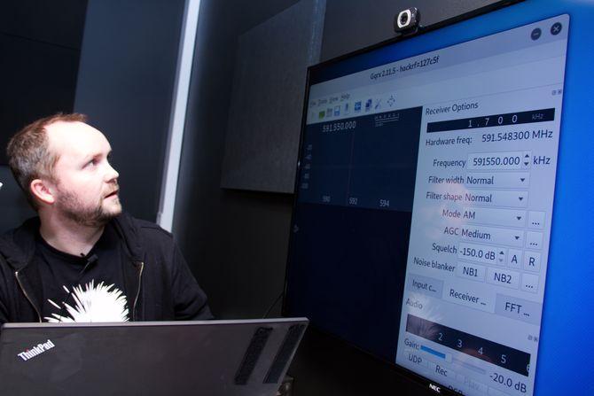 John-André Bjørkhaug hos NTT Security demonstrerer hvordan han justerer den programvaredefinerte radioen.