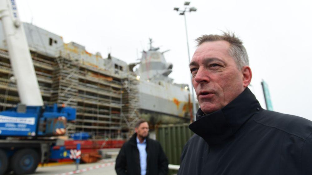 Forsvarsminister Frank Bakke-Jensen kommer fra KNM Helge Ingstad, og møter media på kaien ved Haakonsvern.