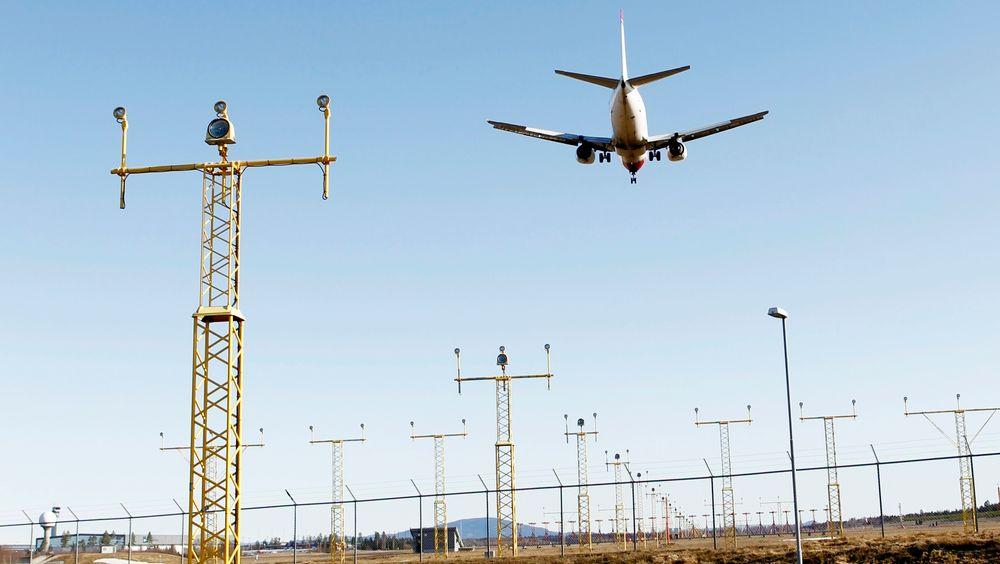 Svenskene vurderer å kreve at det skal blandes inn biodrivstoff i flybensinen.