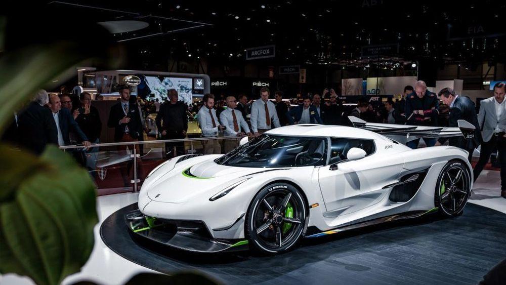 Neste år lover Koenigsegg å presentere en budsjettbil til 6-7 millioner kroner. Inntil videre må vi klare oss med Koenigsegg Jesko, oppkalt etter Christian von Koenigseggs far, og med en prislapp på ca. 30 millioner svenske kroner.