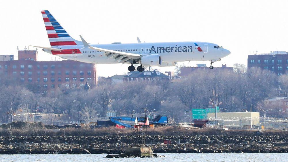 I USA flyr Boeing 737 Max fortsatt som normalt. Her er en 737-8 fra American Airlines i ferd med å lande på LaGuardia Airport i New York tirsdag.