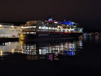 "Hurtigruten ""MS Trollfjord"" ved kai i Bergen, natt i mars 2019."