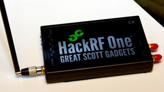 HackRF One, en ganske avansert, programvarebasert radio.