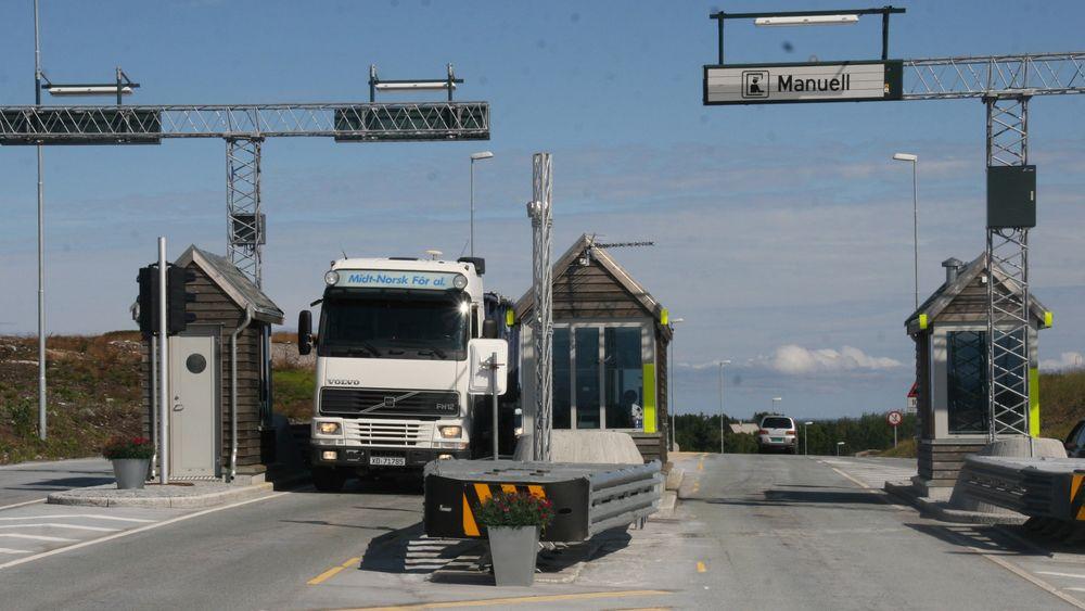 De betjente buene ved Atlanterhavstunnelen på Averøy blir trolig stående til vegen er nedbetalt i 2025.