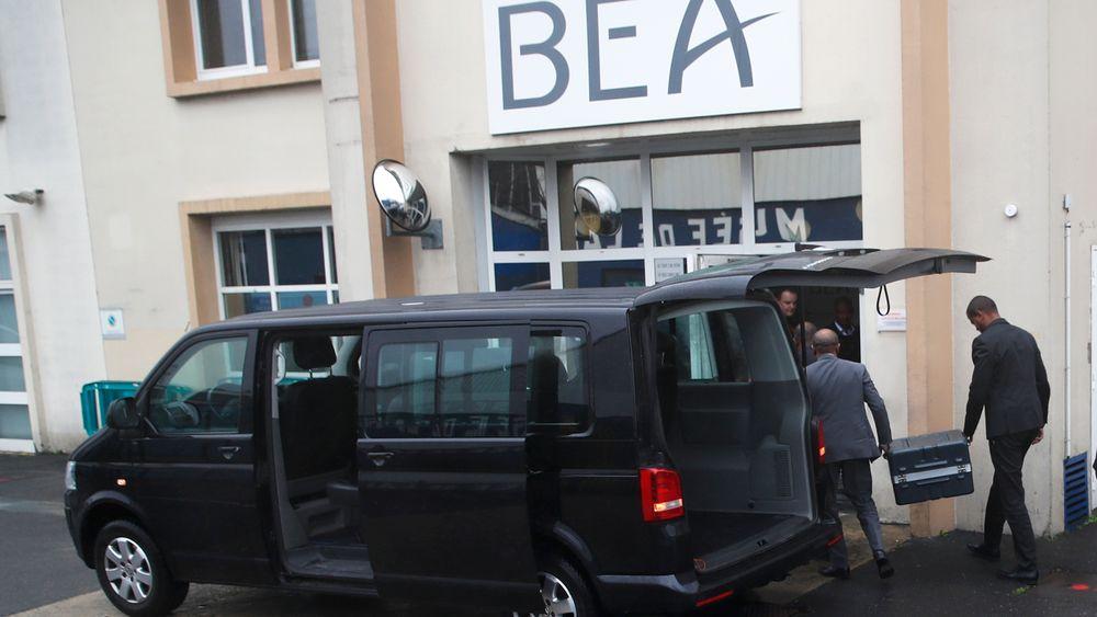 Ferdsskriveren og taleregistratoren fra ET302 bæres inn til BEA i Paris.