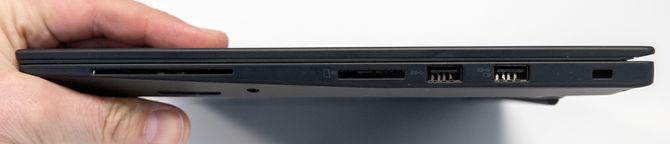 På høyre side finner du smartkortleser, SD-kortleser, to USB-A-porter og feste for Kensington-lås.