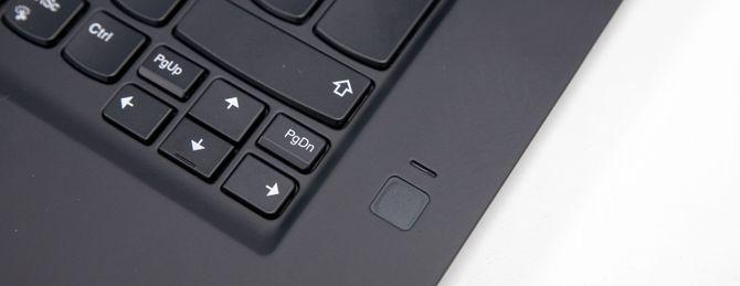 PC-en har både fingeravtrykksleser og ansiktsgjenkjenning.