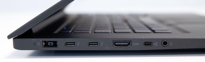 På venstre side er det to USB-C-porter med Thunderbolt 3-støtte, i tillegg til HDMI-kontakt (full størrelse), kontakt til Ethernet-adapter, ladekontakt, samt 3,5 mm hodetelefonutgang.