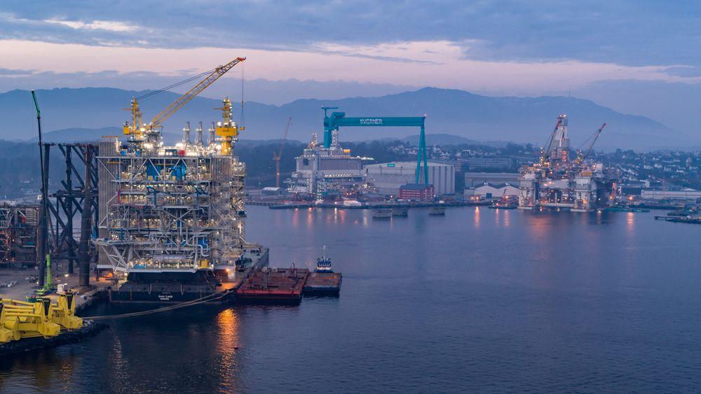 Prosessplattformen (til venstre) og boligplattformen (midten) til Johan Sverdrup-feltet er nå klare til å installeres. I løpet av kort tid vil verdens største konstruksjonsfartøy løfte dem på pass. Helt til høyre i bildet ligger også Njord-plattformen.