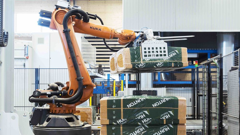 Den tyske robotarmen fra Kuka blir aldri lei av å stable isolasjonsmatter.
