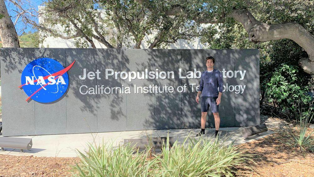 Alexander Hatteland skal jobbe et halvt år med utvikling av roboter til redningsoppdrag under bakken i NASA JPL i California.