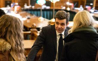 Fredrik Berg og to kvinner med ryggen til kamera, med høyesterettssalen i bakgrunnen.