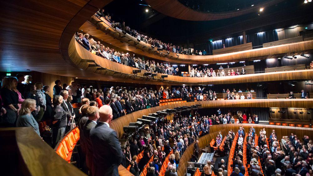 Forestillingene i Operaen vil gå som planlagt fremover, etter at Statsbygg har gjennomgått takkonstruksjonen i hovedsalen, der en planke løsnet under en forestilling.