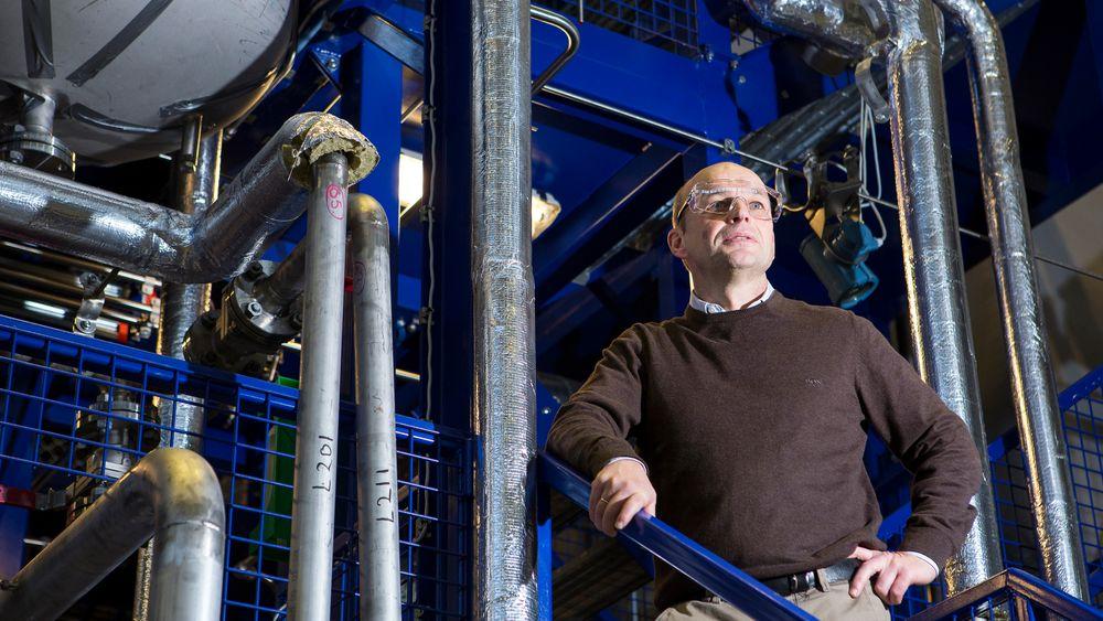 Per Sandberg jobber med forretningsutvikling i Equinor, og ønsker å starte opp hydrogenproduksjon på Tjeldbergodden uten krav om CO2-fangst. Her på Equinors separasjonslab i Trondheim.