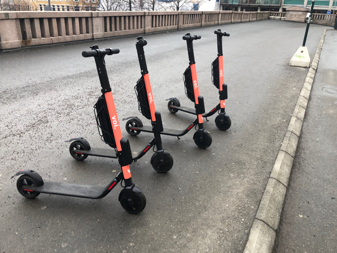 Disse fire sparkesyklene fra Voi Scooter sto parkert ovenfor Youngstorget.