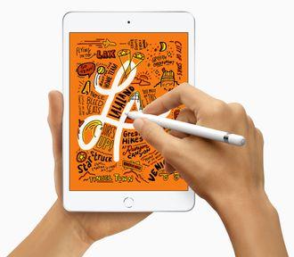 Apple iPad mini og hånd som bruker en penn til å tegne på skjermen.