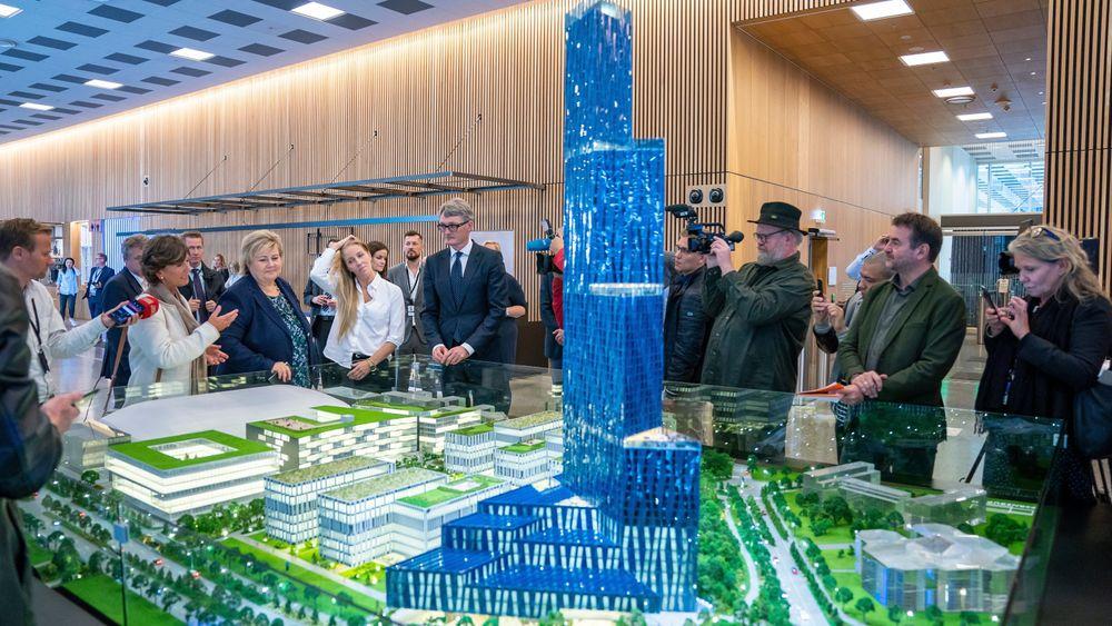 Modell av skyskraperen. Bak står blant andre statsminister Erna Solberg (til venstre), konsernsjef Øyvind Eriksen i Aker og administrerende direktør Nina Jensen i REV Ocean.