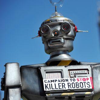 En «drapsrobot» fotografert like ved Big Ben i London under en kampanje i 2013 for å forby autonome våpen.