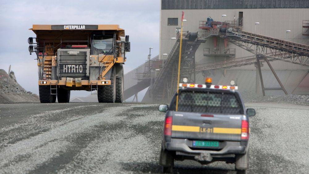 Nærings- og fiskeridepartementet gir driftskonsesjon for utvinning av jernmalm i Sør-Varanger i Finnmark. Naturvernforbundet kaller det en skandale at de får dumpe slam i fjorden.